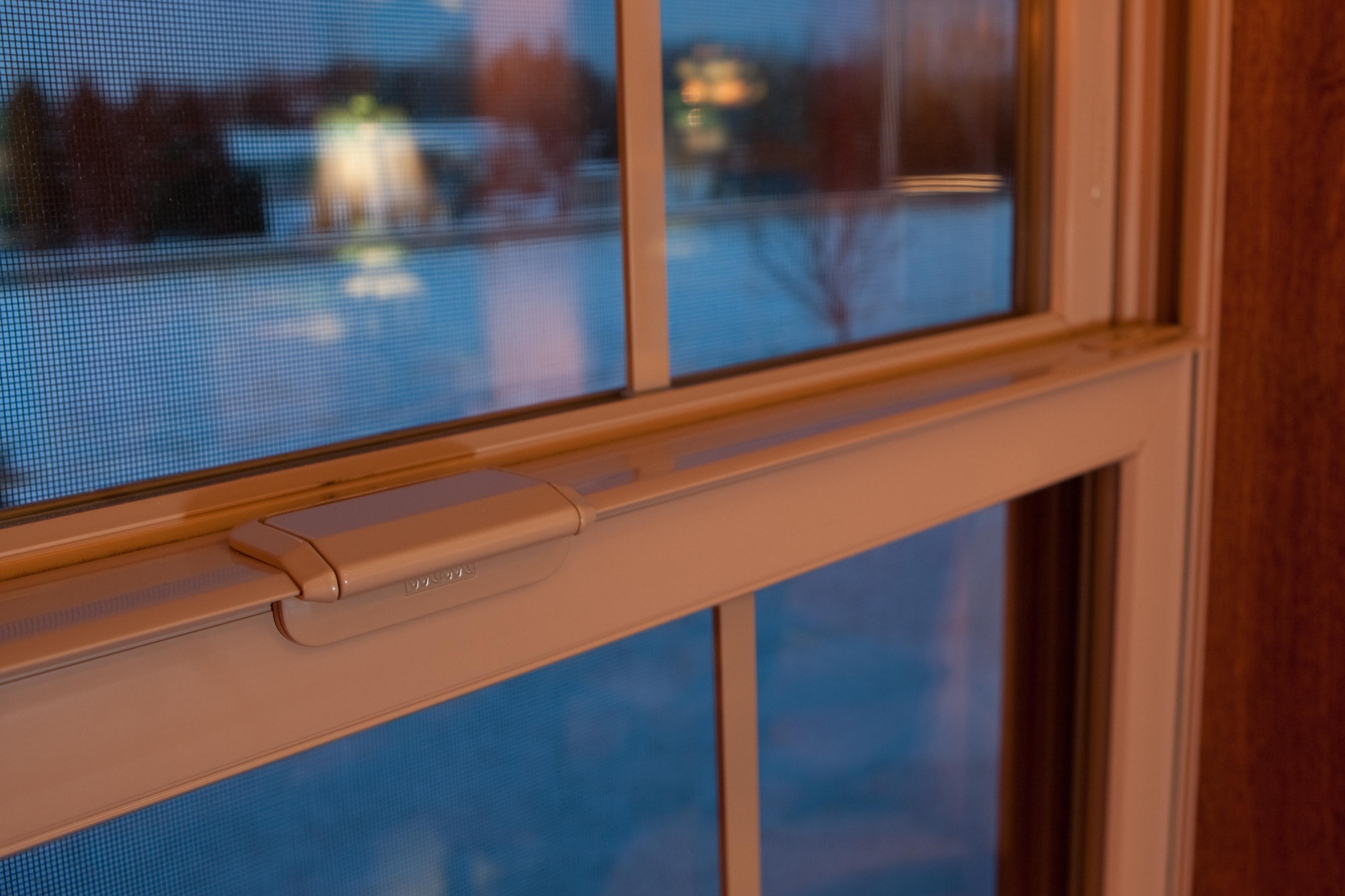 Okno plastikowe w kolorze brązowym.