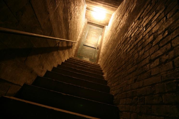 Schody prowadzące do piwnicy.