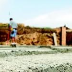 Mężczyzna kopiący fundament