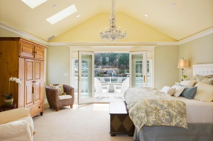 Jasna i przestronna sypialnia na poddaszu.