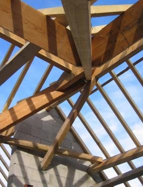 szkielet, więźba dachu budowanego domu