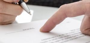 Mężyczna podpisujący umowę o wykonastwo usług budowlanych