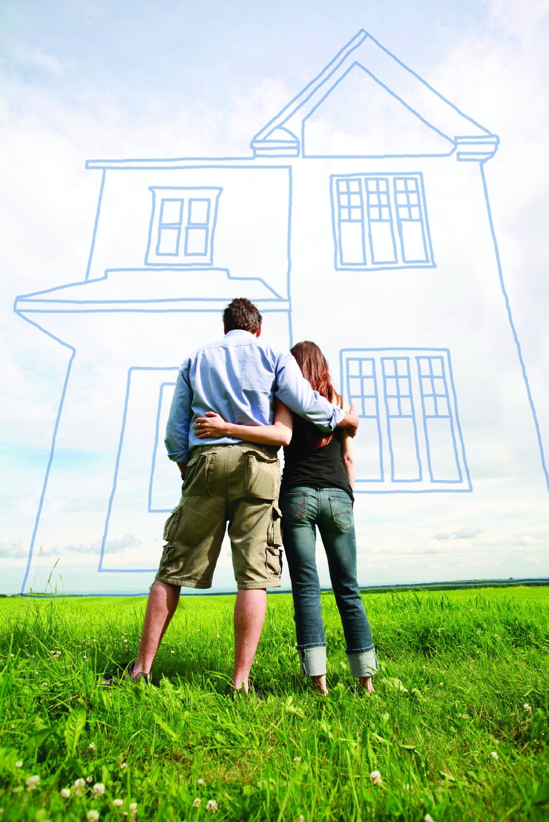 Kobieta i mężczyzna stojący na działce przed zarysem domu.