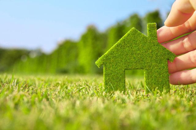 Imitacja domu zrobiona z trawy.