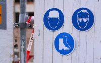 Znak wymogu BHP przed placem budowy